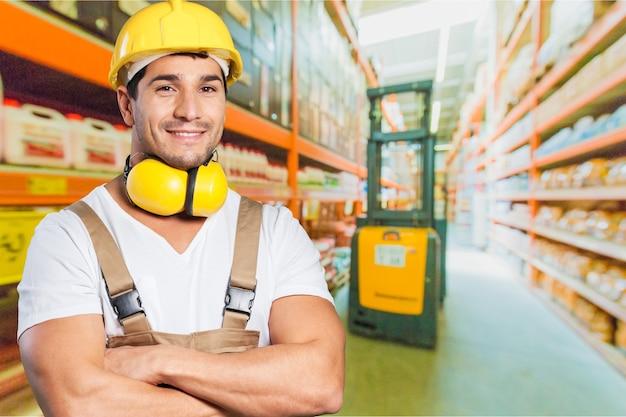 Szczęśliwy pracownik noszący czapkę ochronną w dyspozytorni fabrycznej