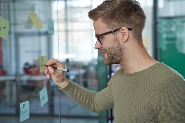 Szczęśliwy pracownik piszący zawiadomienia o spotkaniu na pokładzie