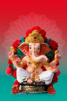 Szczęśliwy projekt karty z pozdrowieniami ganeśćaturthi z rzeźbą lorda ganesha