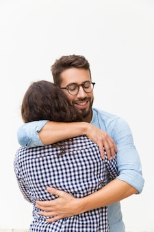 Szczęśliwy przystojny facet obejmując dziewczynę