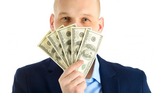 Szczęśliwy przystojny mężczyzna w garniturze gospodarstwa fanem banknotów dolara