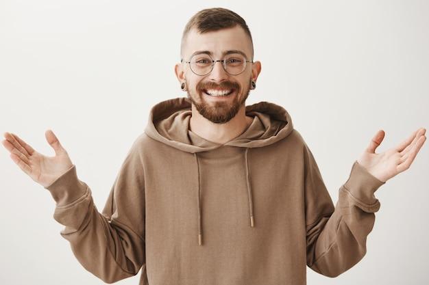 Szczęśliwy przystojny mężczyzna w okularach, uśmiechając się i śmiejąc się