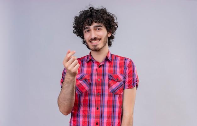 Szczęśliwy przystojny mężczyzna z kręconymi włosami w kraciastej koszuli