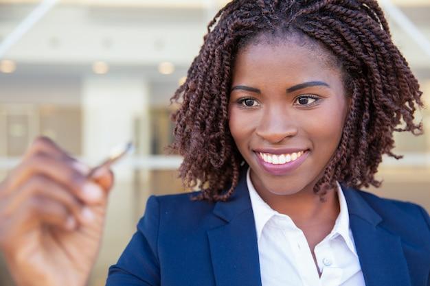 Szczęśliwy radosny bizneswoman rysunek na szkło desce
