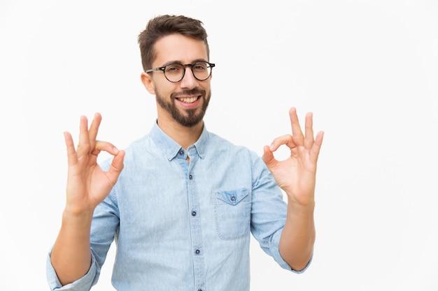 Szczęśliwy radosny facet pokazuje ok gest