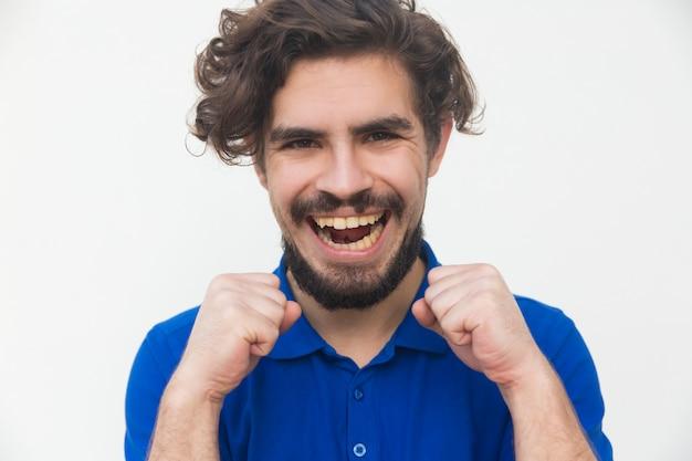 Szczęśliwy radosny facet robi radość gestowi