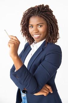 Szczęśliwy radosny trener korporacyjny trzymając długopis