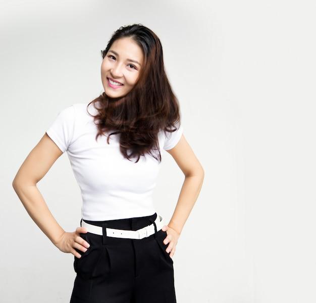 Szczęśliwy relaks azjatycki biznes kobieta po zakończeniu pracy na białej ścianie na białym tle