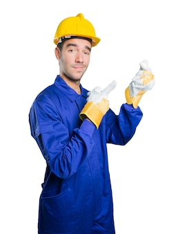 Szczęśliwy robotnik z gestem pieniędzy na białym tle