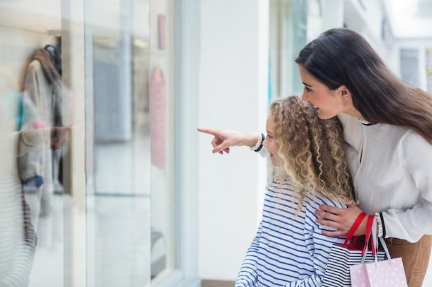 Szczęśliwy rodzinny nadokienny zakupy w centrum handlowym