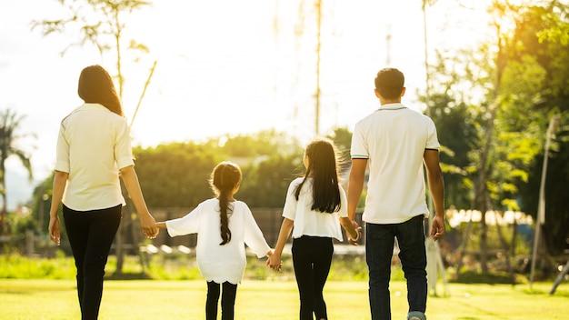 Szczęśliwy rodzinny odprowadzenie w ogródzie w domu