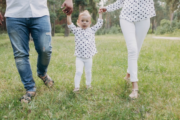 Szczęśliwy rodzinny odprowadzenie w parku