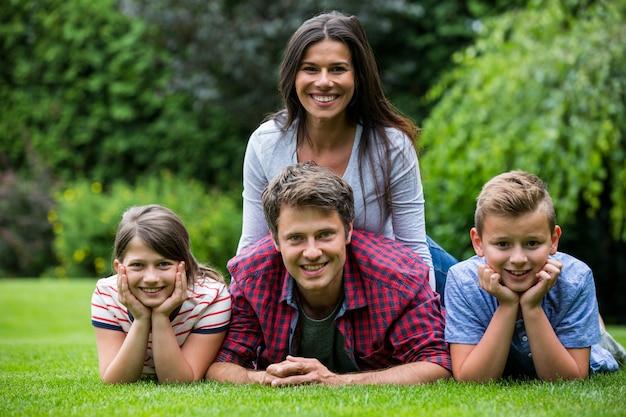 Szczęśliwy rodzinny ono uśmiecha się w parku