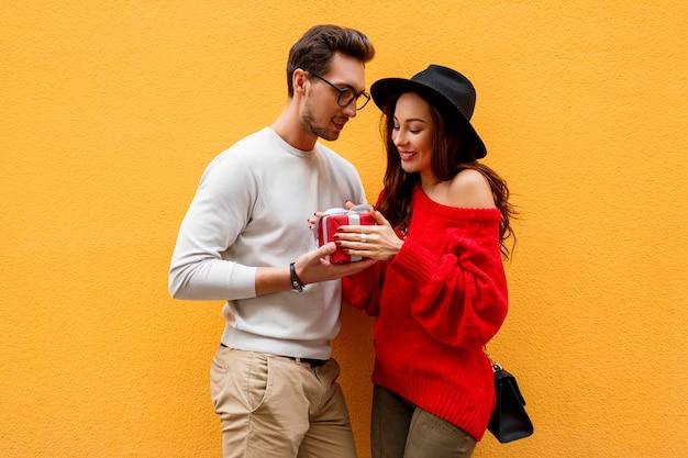 Szczęśliwy, romantyczny moment dwóch białych ludzi, którzy uwielbiają świętować nowy rok lub walentynki.