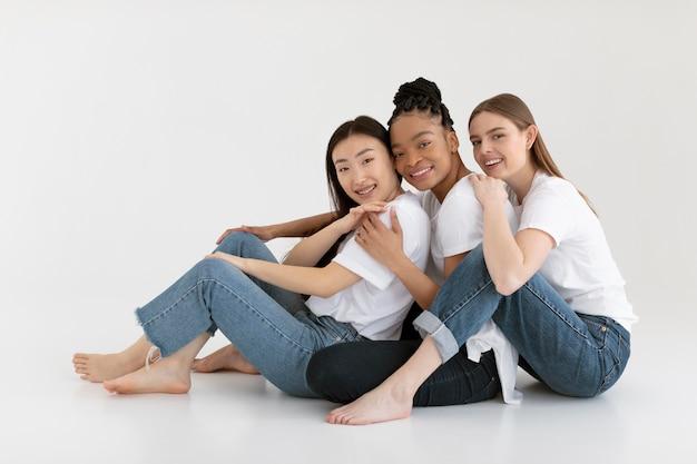 Szczęśliwy różnorodnych przyjaciół stwarzających pełne ujęcie