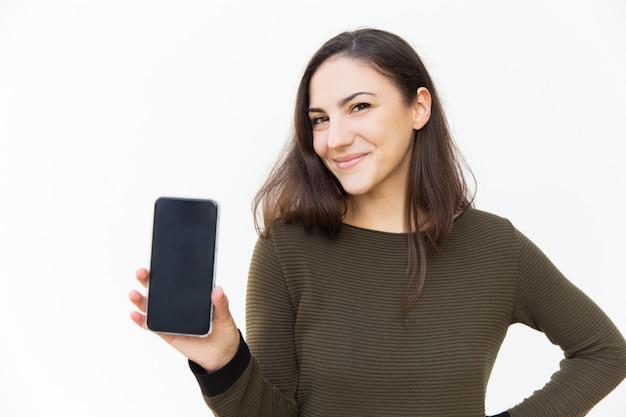 Szczęśliwy rozochocony telefonu komórkowego użytkownik pokazuje pustego ekran