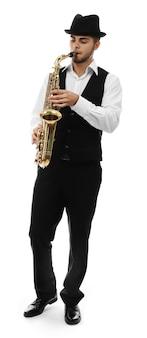 Szczęśliwy saksofonista gra muzykę na saksofonie w eleganckim garniturze na białym tle