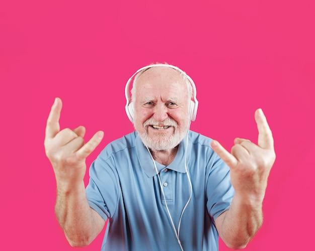 Szczęśliwy senior lubi muzykę rock and roll