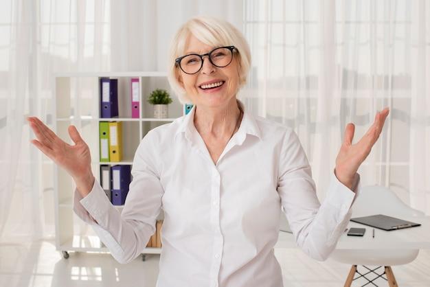 Szczęśliwy senior w jej biurowym środku strzelającym