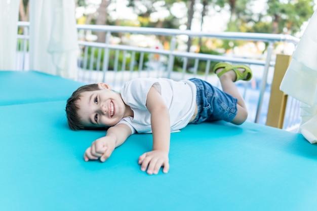 Szczęśliwy śliczny dziecko wydaje wakacje wakacje w pięknym kurorcie
