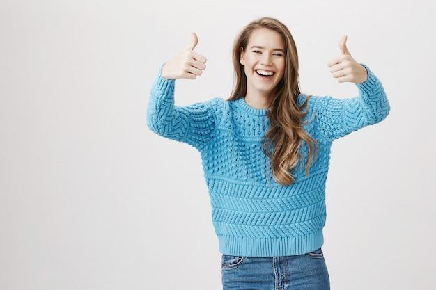 Szczęśliwy śmiejąca się dziewczyna kciuk w górę, lubi i aprobuje