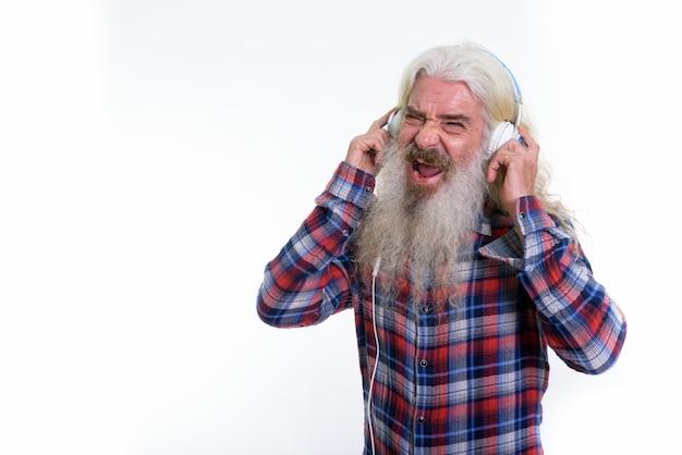 Szczęśliwy starszy brodaty mężczyzna uśmiecha się i śpiewa