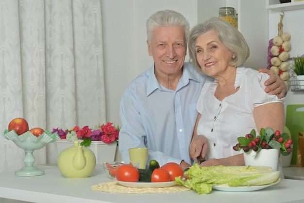 Szczęśliwy starszy mężczyzna i kobieta w kuchni