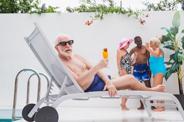 Szczęśliwy starszy mężczyzna imprezę w basenie