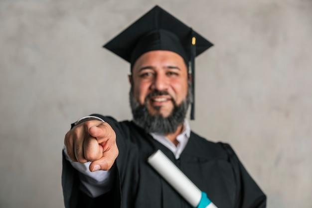 Szczęśliwy starszy mężczyzna kończący studia magisterskie