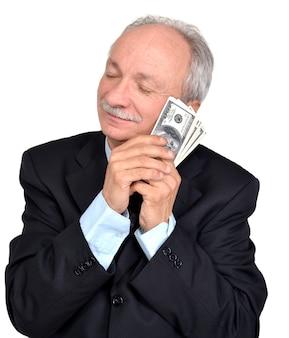 Szczęśliwy starszy mężczyzna trzymający dolary