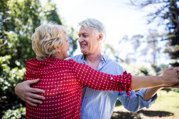 Szczęśliwy starszy para taniec w parku