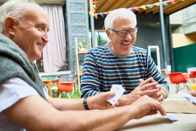 Szczęśliwy starych ludzi gra w karty