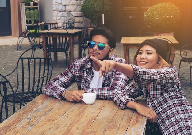 Szczęśliwy studencki przyjaciół melina w cukiernianej restauraci.