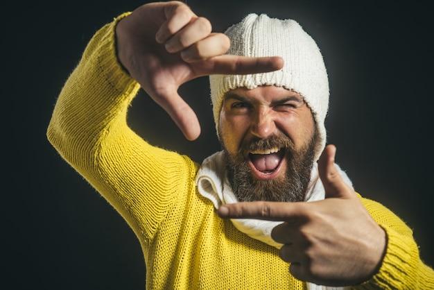 Szczęśliwy student robi śmieszne zdjęcie na swoim blogu zdumiony mężczyzna robiący selfie w czarny piątek
