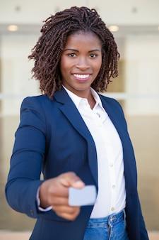 Szczęśliwy sukces konsultant podając wizytówkę