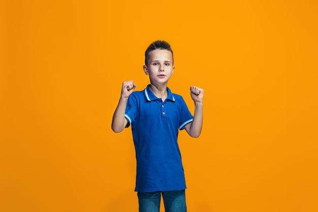 Szczęśliwy sukces nastolatek chłopiec świętuje bycie zwycięzcą. dynamiczny energetyczny wizerunek modelki