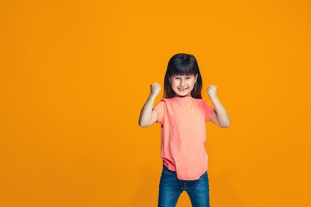 Szczęśliwy sukces nastolatka świętuje bycie zwycięzcą. dynamiczny energetyczny wizerunek modelki