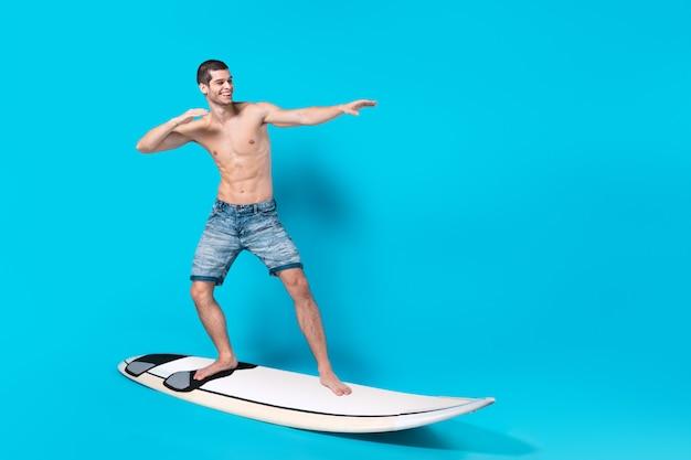 Szczęśliwy surfer fale jeździeckie
