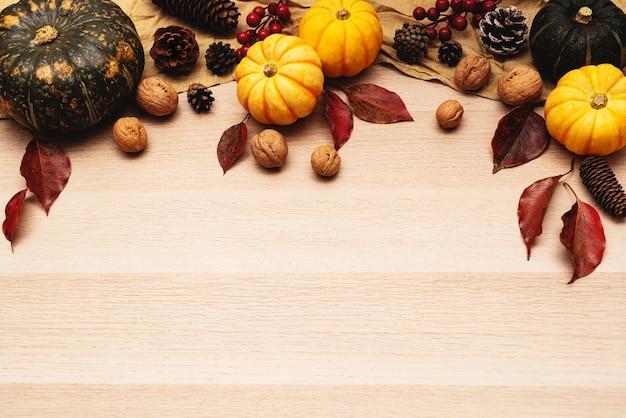 Szczęśliwy święto dziękczynienia z dynią i nakrętką na podłoże drewniane