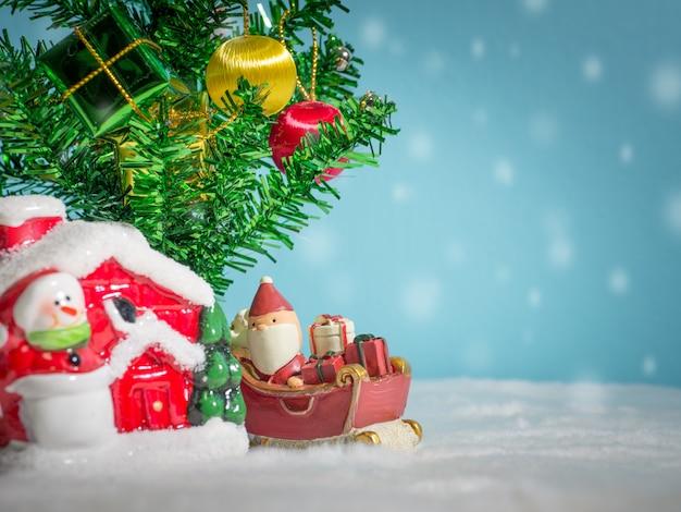 Szczęśliwy święty mikołaj z prezenta pudełkiem na śnieżnych saniach iść mieścić