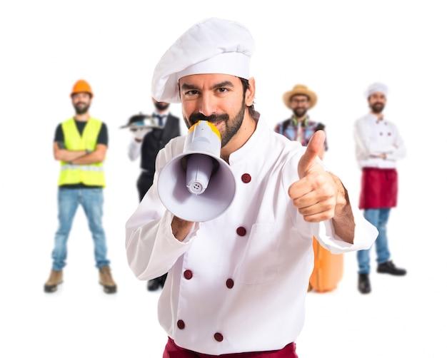 Szczęśliwy szef kuchni krzycząc przez megafon
