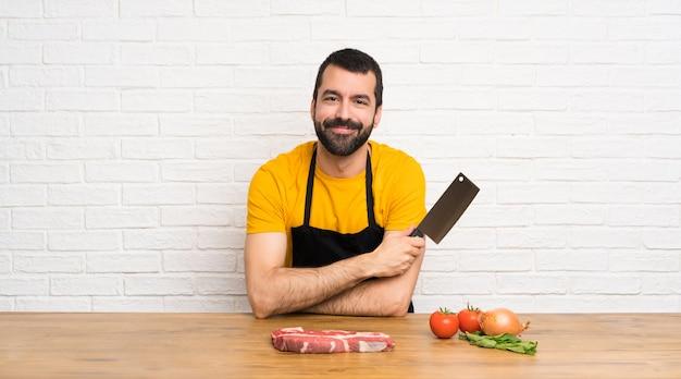 Szczęśliwy szef kuchni w kuchni