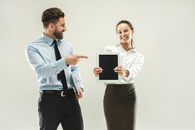 Szczęśliwy szefie. mężczyzna i jego sekretarka stojąca w urzędzie