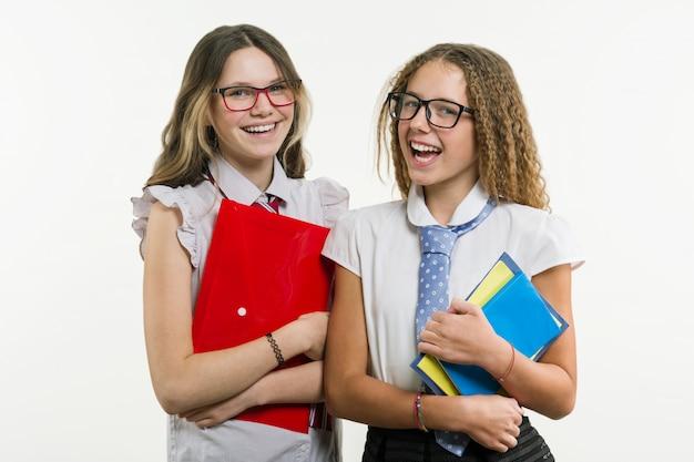 Szczęśliwy szkoła średnia przyjaciół zbliżenia portret. pozuj do kamery