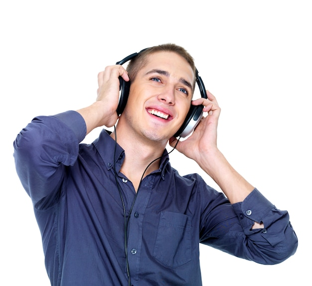 Szczęśliwy taniec człowiek ze słuchawkami patrząc - na białym tle