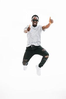 Szczęśliwy taniec facet pokazując kciuki do góry