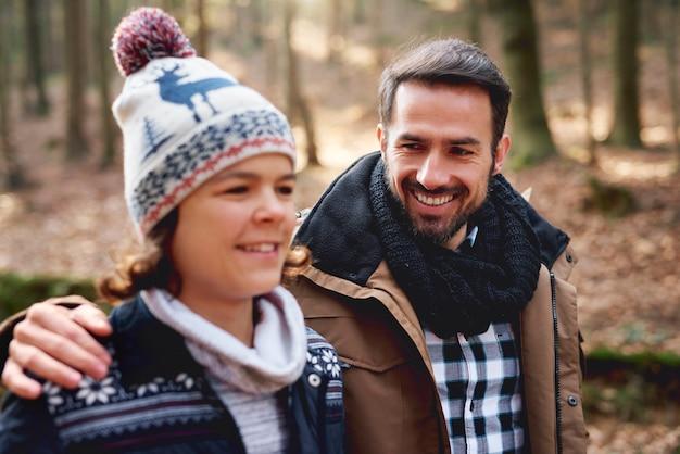 Szczęśliwy tata i jego nastoletni syn spędzają razem czas na świeżym powietrzu