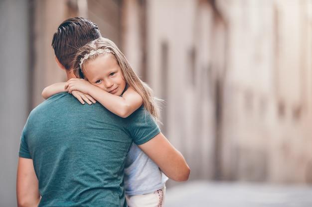 Szczęśliwy tata i mała urocza dziewczyna podróżuje w rzymie