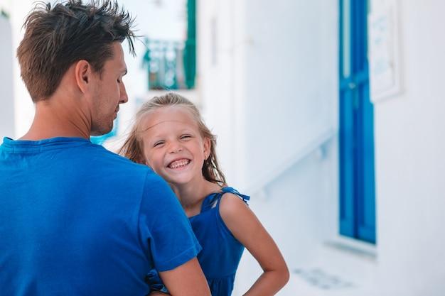 Szczęśliwy tata i mała urocza dziewczynka