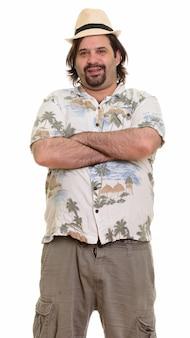 Szczęśliwy tłuszczu kaukaski mężczyzna uśmiecha się z rękami skrzyżowanymi gotowy na wakacje